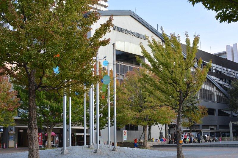 隣接する市立図書館と風のモニュメント