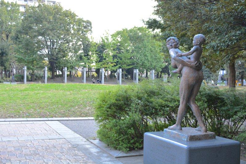 広場の一角に移設された平和母子像
