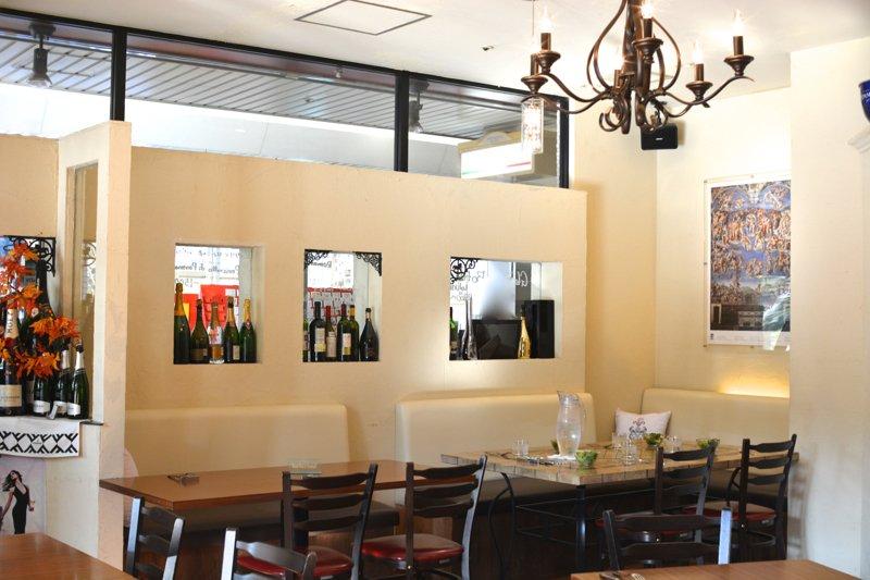 壁に並ぶ多数のワインが印象的な店内