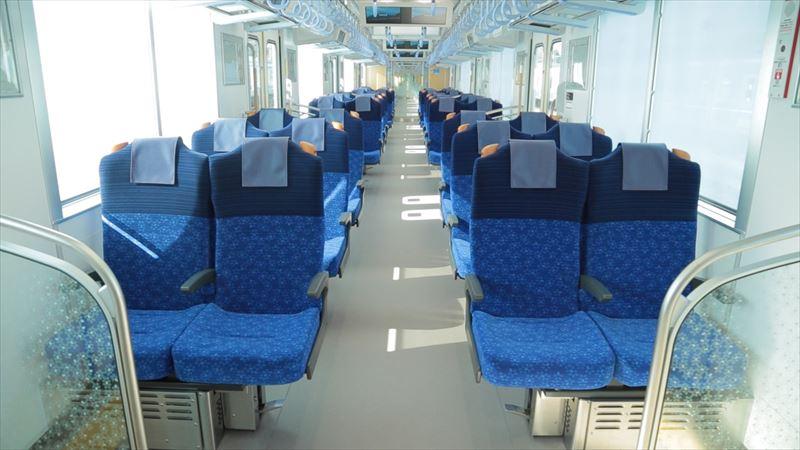「S-TRAIN」のクロスシート(提供:西武鉄道)
