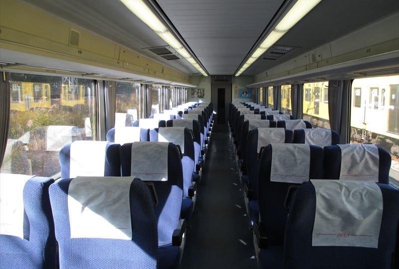 「特急レッドアロー号」の座席(提供:西武鉄道)