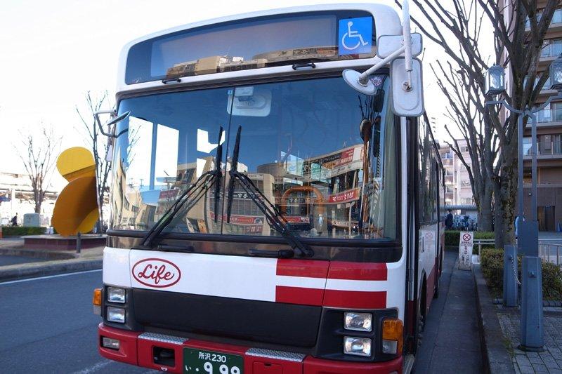 停車するライフバス