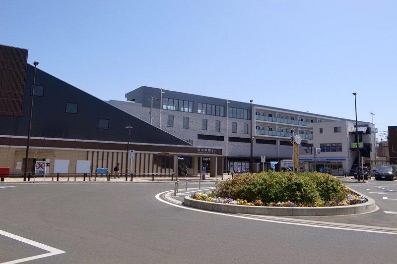 「新河岸」駅西口と新たに誕生した複合ビルの様子