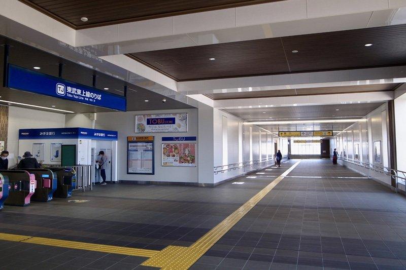 「新河岸」駅改札と東西自由通路