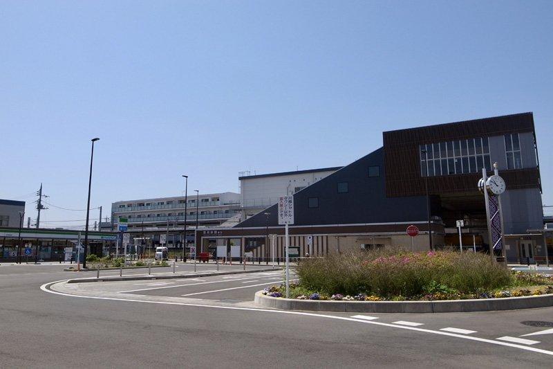 「新河岸」駅東口前の広場