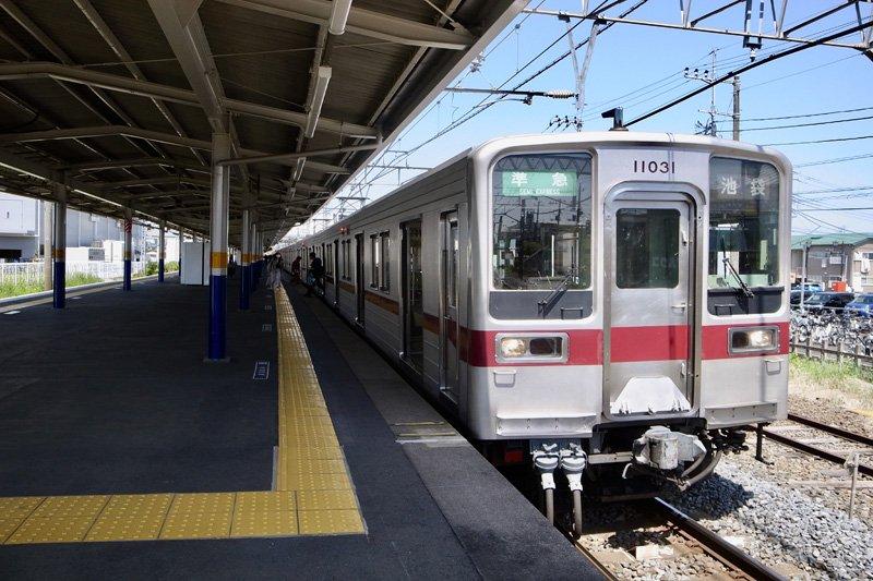 「新河岸」駅に停車する東武東上線の車両
