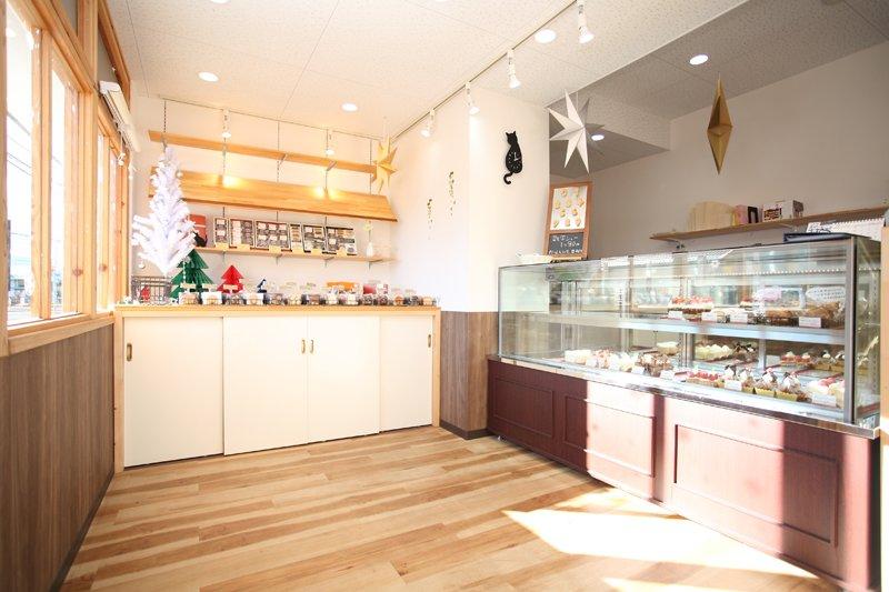 店内の様子、焼き菓子も販売している