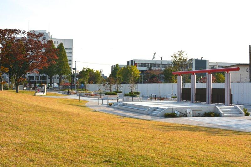 モダンなデザインのコンクリート製野外ステージ