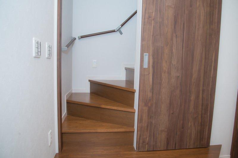 キッチンから見た階段の様子
