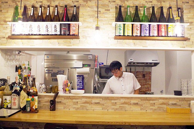 所々に並べられた日本酒ボトルも店のお洒落感を演出