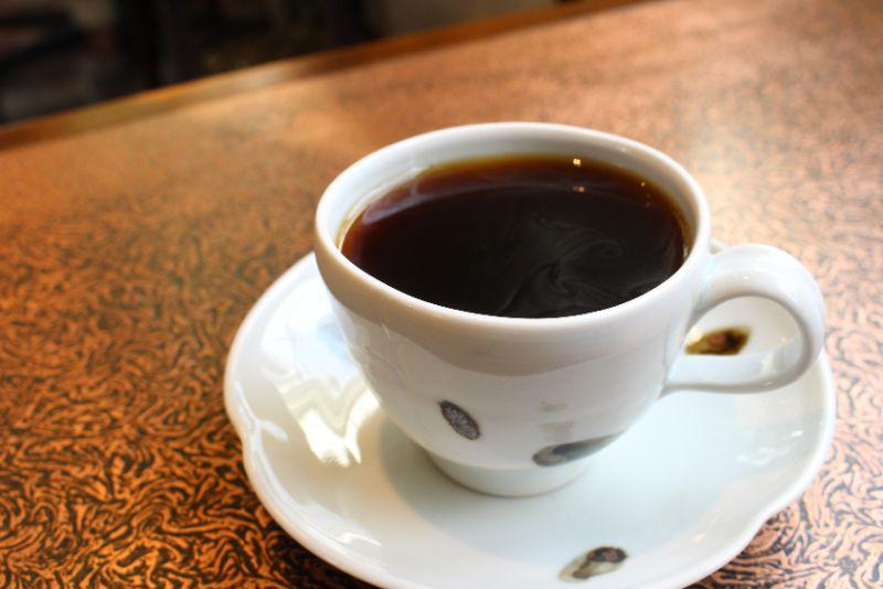 使い込まれたテーブルやコーヒーカップが味わい深い