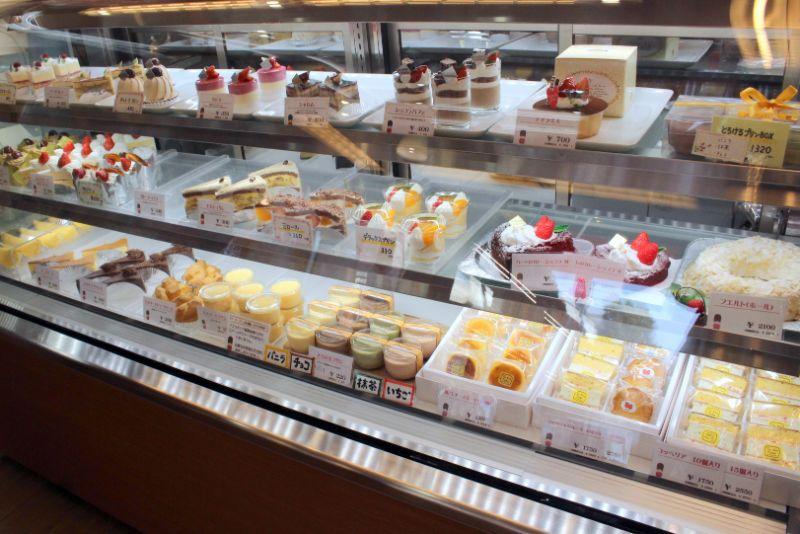 冷蔵ケースに並ぶ生菓子