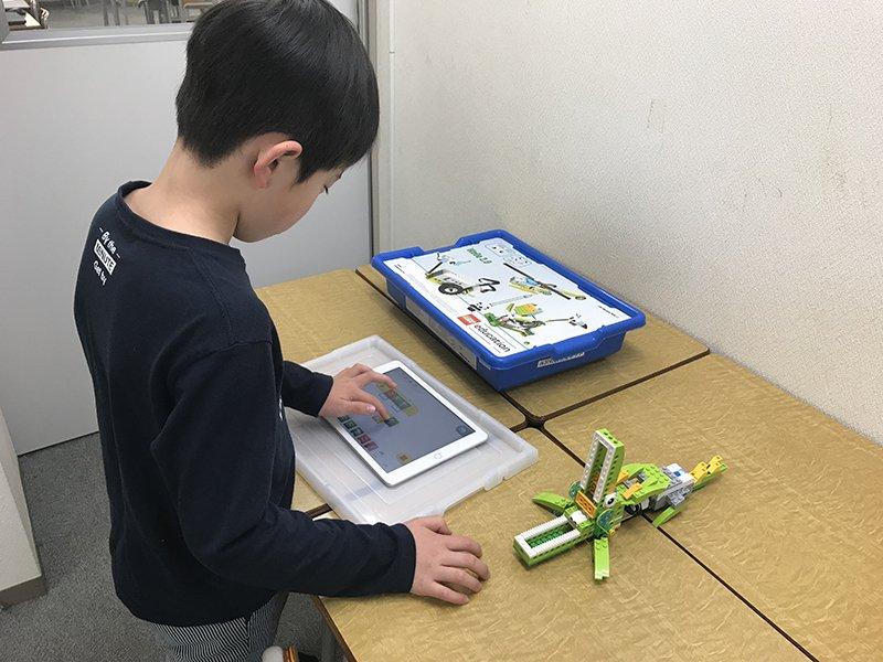 タブレットを使いプログラミングをする生徒