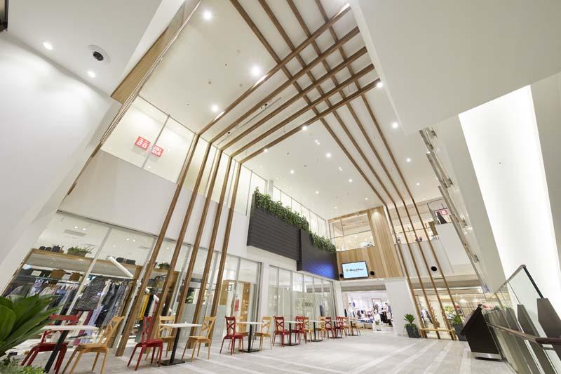 「グランエミオ所沢」2階の「ノースプラザ」には吹き抜けの開放的な空間が広がる